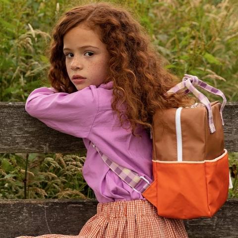 Mochila pequeña - jugo de naranja + ciruela violeta + autobús escolar marrón